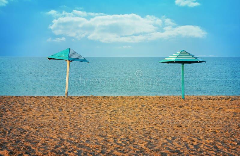 Parasole due sulla spiaggia vuota Tonalità d'annata immagini stock