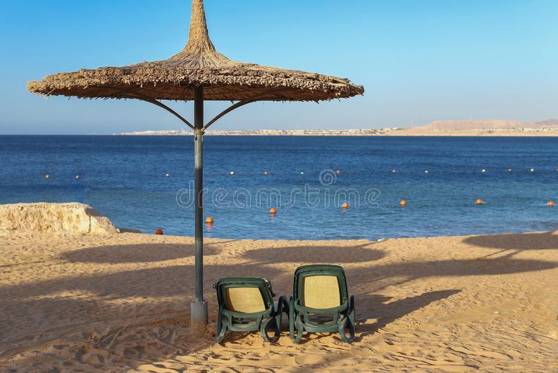 Parasole e lettini sulla spiaggia al mare a lamella immagini stock
