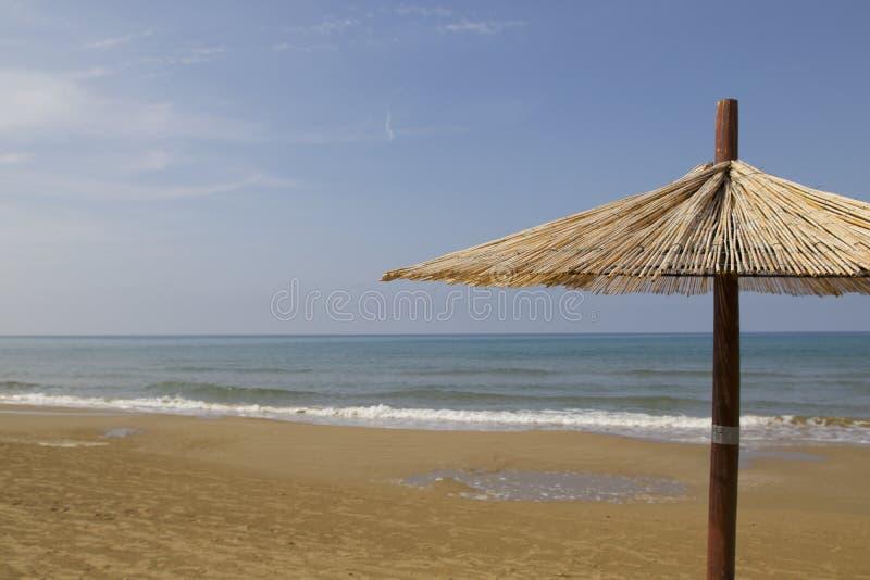 Parasole sulla spiaggia in ampulia Italia fotografia stock libera da diritti