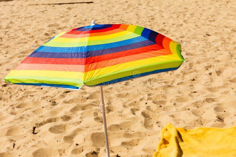 Parasole variopinto dell'ombrello di estate durante l'estate immagini stock