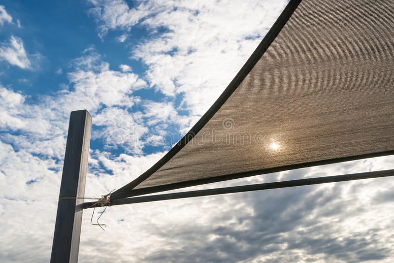 Parasole in vele forma e nel fondo del cielo blu immagine stock