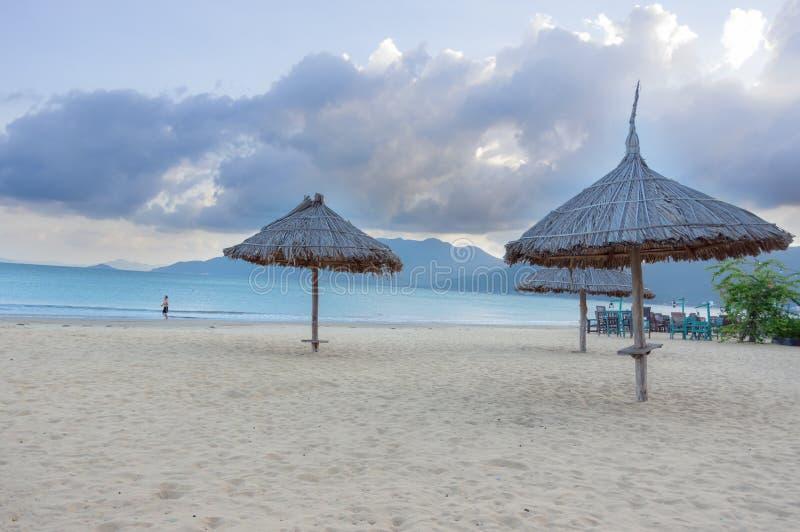 Parasoles cubiertos con paja en la costa, el paraíso de la playa y intacto día de fiesta grande y relajante en Asia sudoriental fotografía de archivo libre de regalías
