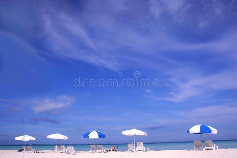Parasoles de la playa fotos de archivo libres de regalías