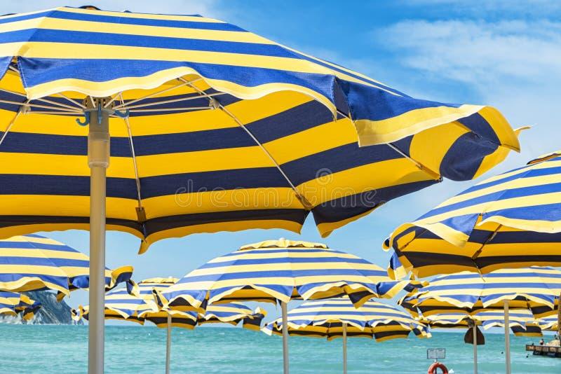Parasoles de playa imagenes de archivo