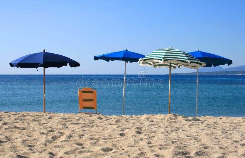 Parasoles de playa en la playa fotografía de archivo libre de regalías