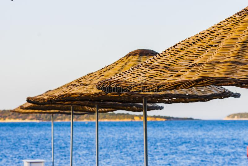 Download Parasoles De Playa De Madera En La Playa Foto de archivo - Imagen de asoleado, holidays: 100528882