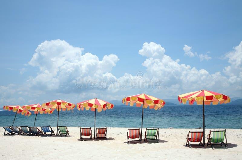 Parasoles de playa y sillas imagenes de archivo