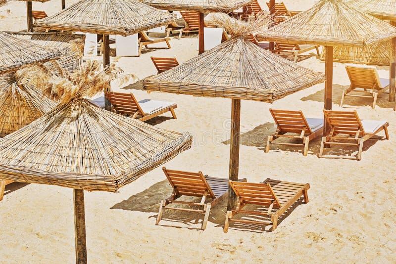Parasoles de playa y sillas de salón fotos de archivo libres de regalías