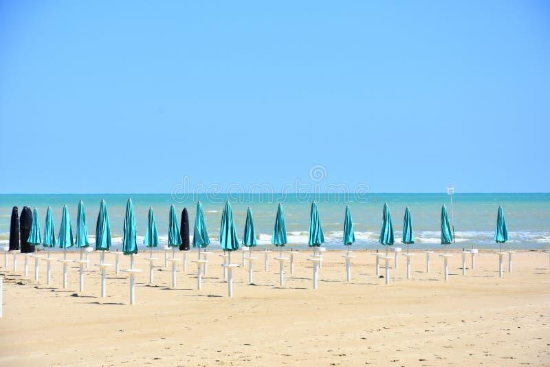 Parasoles en la playa en Giulianova fotos de archivo libres de regalías