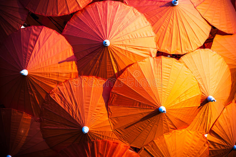Parasoles tailandeses anaranjados imagenes de archivo