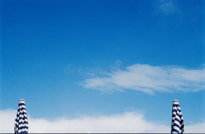 Parasoli davanti al cielo fotografia stock