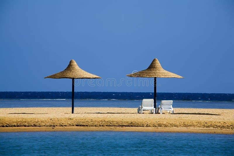 Parasoli su una spiaggia di mattina fotografie stock