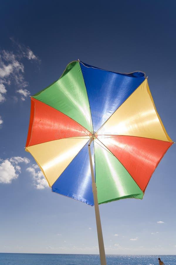 Download Parasoll fotografering för bildbyråer. Bild av strålglans - 980033