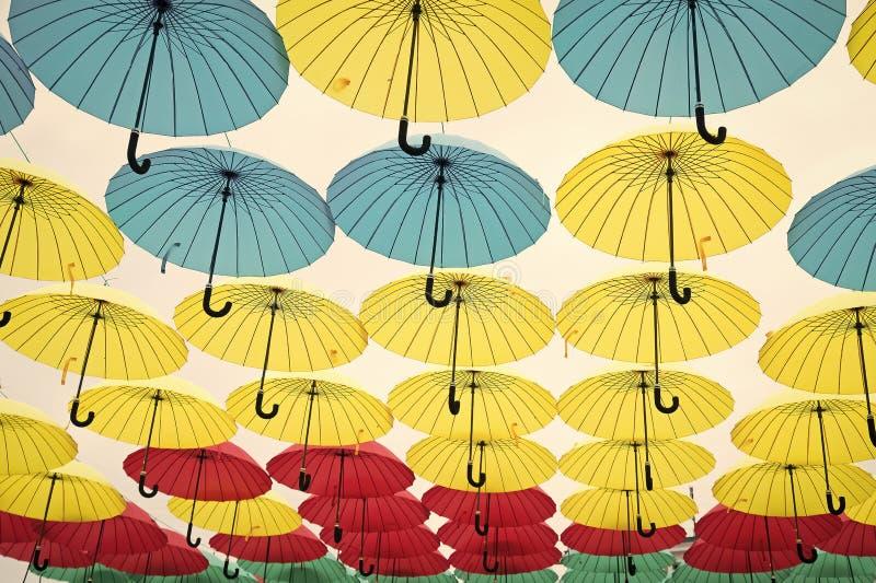 Parasolowa niebo projekta instalacja Parasola pławik w niebie na słonecznym dniu Plenerowy sztuka projekt, wystrój i Wakacje i fotografia stock
