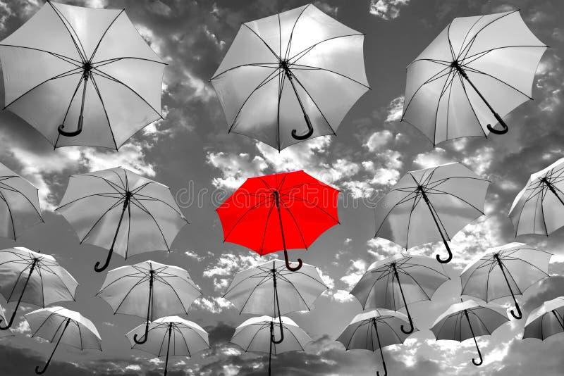 Parasolowa pozycja out od tłumu unikalnego obraz royalty free