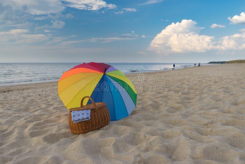 Parasolowy i pykniczny kosz przeciw dennemu wybrze?u zdjęcie royalty free