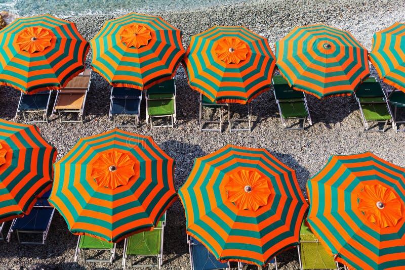 Parasols à la plage de Monterosso, Cinque Terre, Italie photos stock