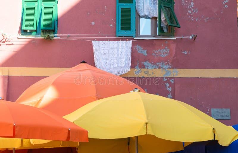 Parasols colorés sur la place principale de Vernazza, Cinque Te photos libres de droits