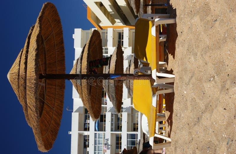 Parasols de plage et présidences de salon photographie stock