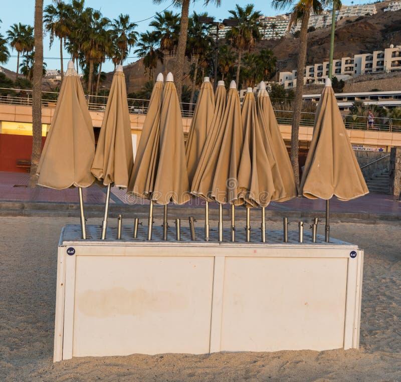 Parasols dla czynszu, na popularnej Amadores plaży Amadores, Gran Canaria w Hiszpania obrazy stock