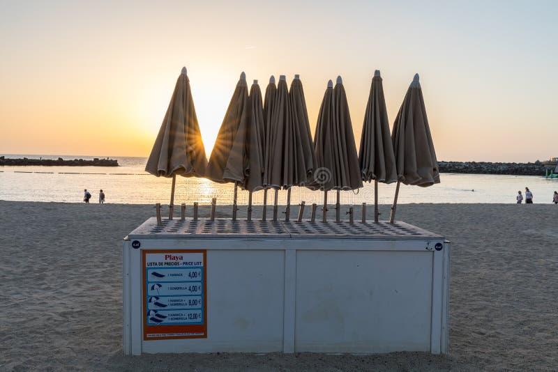 Parasols dla czynszu, na popularnej Amadores plaży Zmierzch i plaża w tle Amadores, Gran Canaria w Hiszpania zdjęcie stock