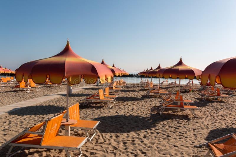 Parasols en sunbeds in Torre Pedrera dichtbij Rimini in Italië royalty-vrije stock afbeelding