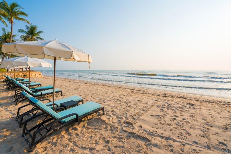 Parasols et chaises sur la plage tropicale photos libres de droits