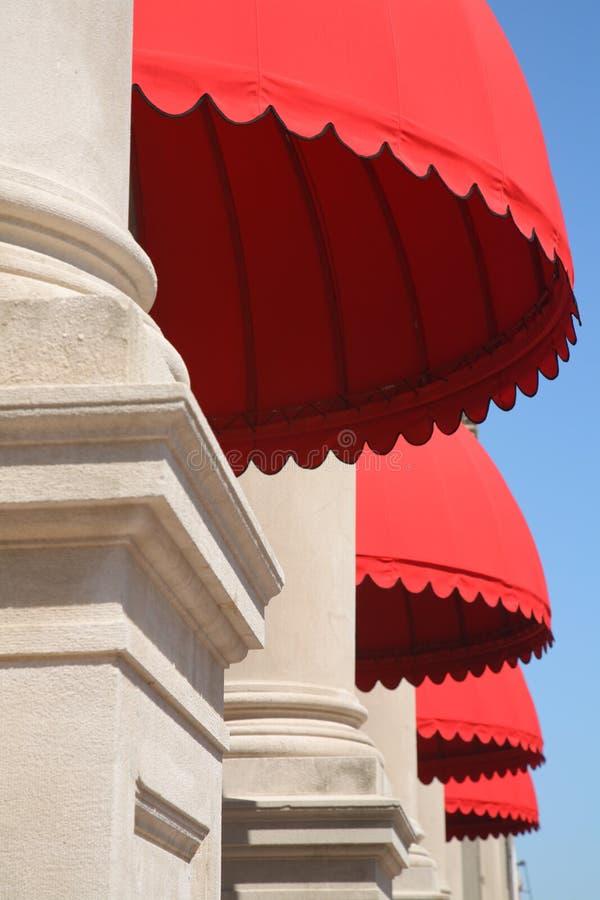 Parasols rouges de tissu photographie stock libre de droits