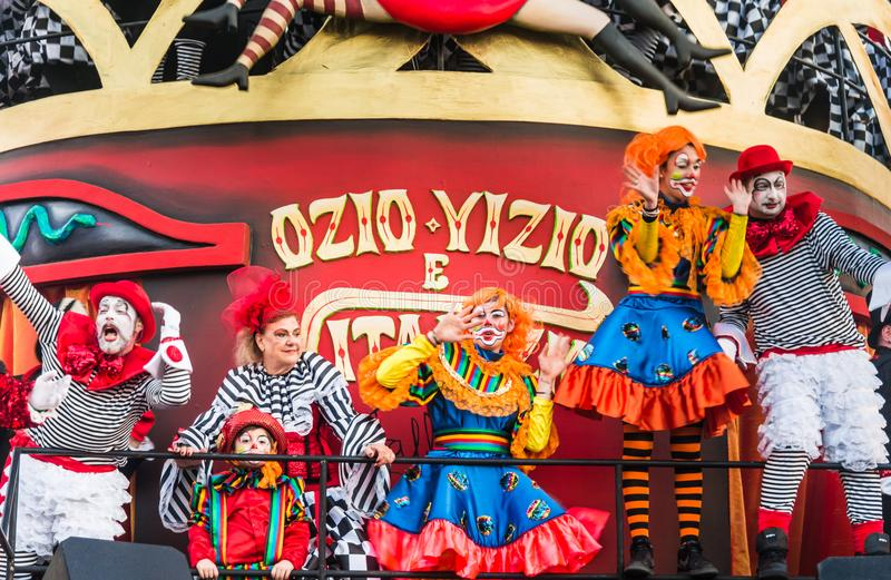 Parata di apertura di Viareggio della 145th edizione del carnevale in Viareggio, Italia immagine stock