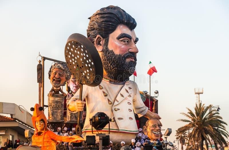 Parata di apertura di Viareggio della 145th edizione del carnevale in Viareggio, Italia immagine stock libera da diritti
