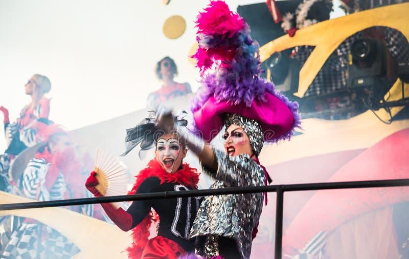 Parata di apertura di Viareggio della 145th edizione del carnevale in Viareggio, Italia immagini stock