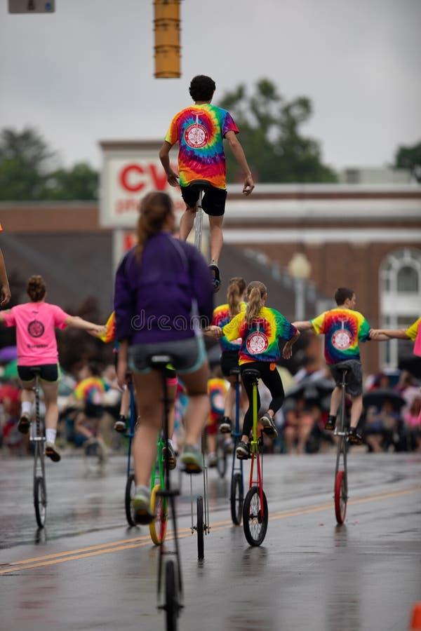 Parata di festival della città del circo immagine stock