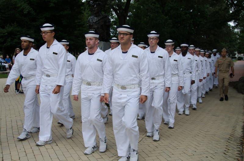 Parata di Plebes dell'Accademia Navale degli Stati Uniti per pranzo fotografia stock libera da diritti