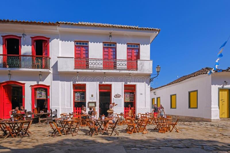 PARATY, RIO DE JANEIRO, BRASILE, SETTEMBRE 2018: Turisti in un ristorante nel centro storico di Paraty, Brasile fotografia stock