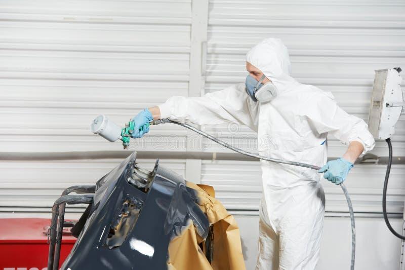 Paraurti dell'automobile della pittura del meccanico automatico immagine stock