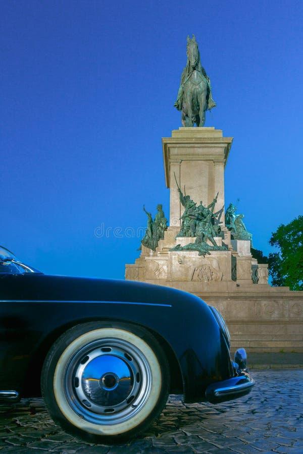 Paraurti e monumento classici d'annata di lusso dell'automobile sportiva a Garibaldi nella notte Roma fotografia stock libera da diritti
