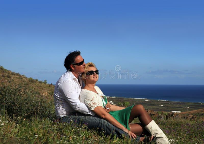 parblommaholding som sitter utomhus att le fotografering för bildbyråer