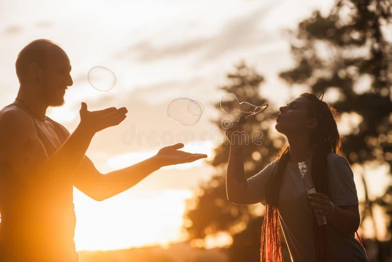 Parbubbla som blåser fotvandrarenaturbegrepp arkivfoto