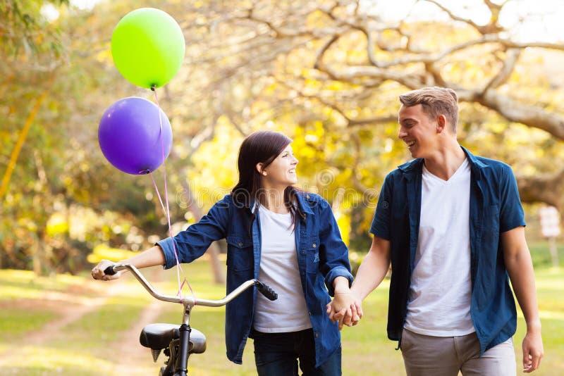 Parc adolescent de couples photos stock