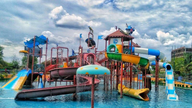 Parc aquatique avec un bon nombre de tours de l'eau à jouer photos libres de droits