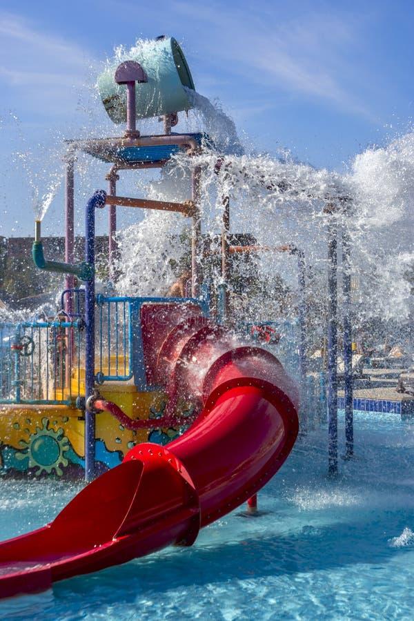 Parc aquatique, glissière d'eau et jet image libre de droits