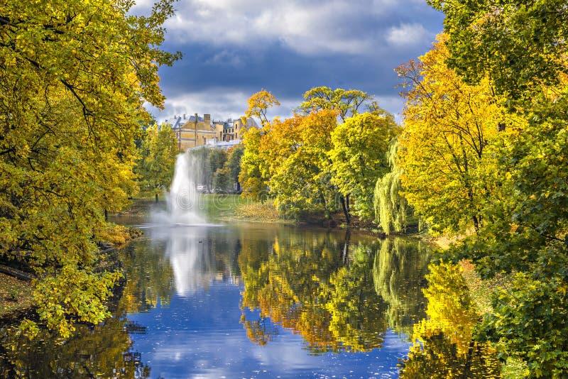 Parc automnal déprimé à Riga, Lettonie image libre de droits