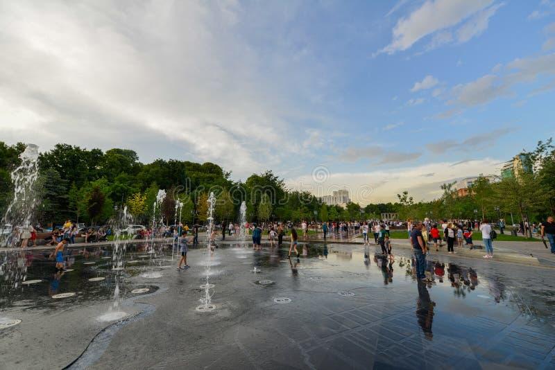 Parc avec des fontaines, Erevan images stock