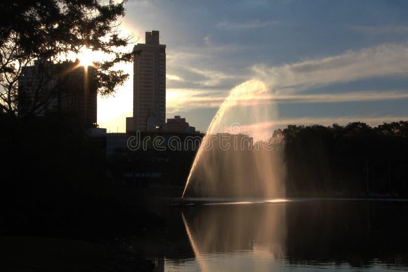 Parc avec le lac et la fontaine et ville à l'arrière-plan image stock