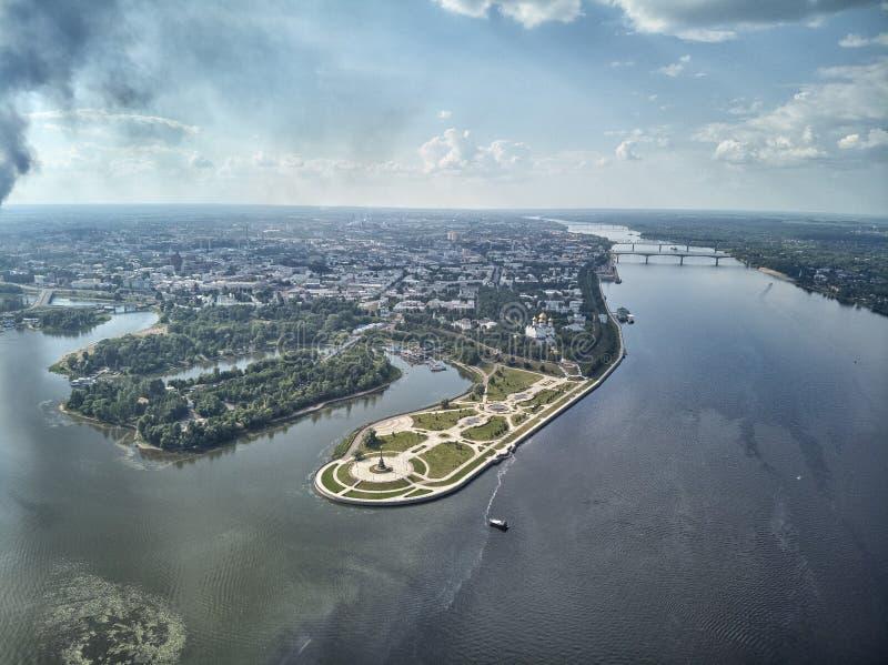 Parc célèbre de Strelka au lieu de confluent des rivières de Kotorosl et de Volga dans Yaroslavl, Russie images libres de droits