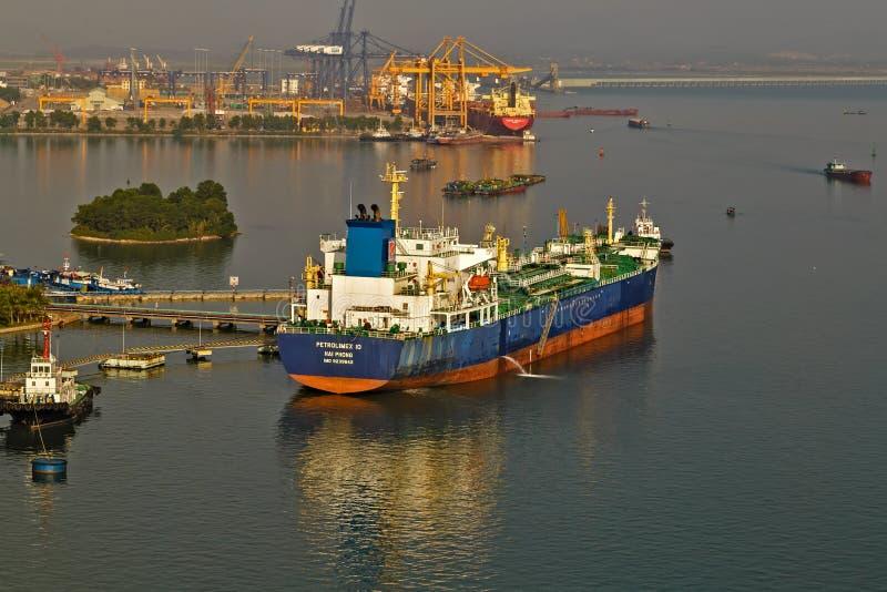 parc commercial de bateau-citerne de bateau d'huile à mettre en communication pour le pétrole brut de transfert au raffinerie de  images stock