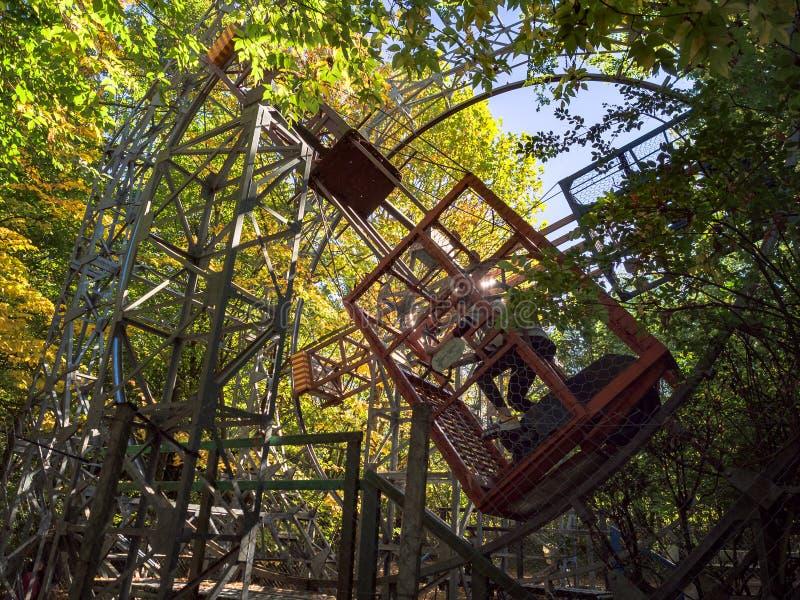 Parc d'attractions avec les attractions construites à la main qui emploient ène musculaire images libres de droits