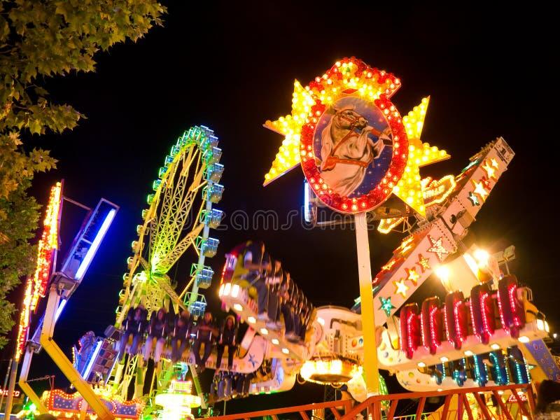 Parc d'attractions la nuit photo libre de droits