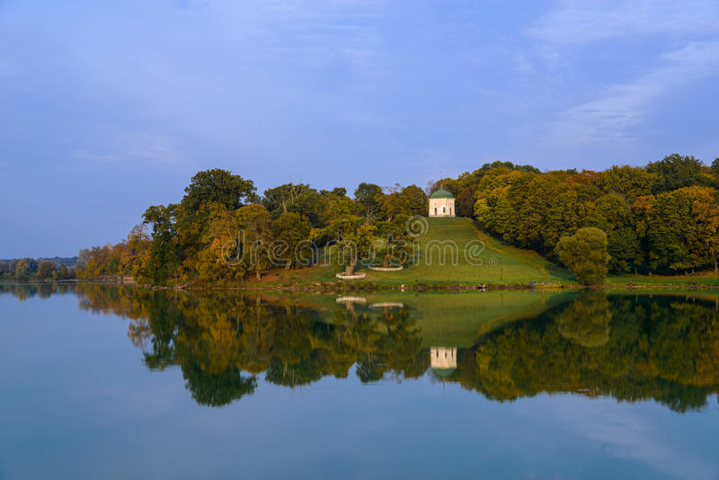 Parc d'automne avec le lac et le pavillon photos stock