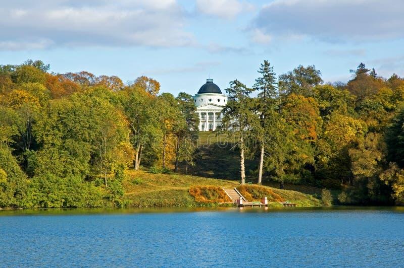 Parc d'automne avec un lac et le palais photo libre de droits